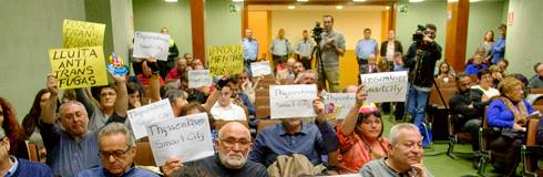 Vecinas se manifiestan en el pleno de Hospitalet contra el pacto de tránsfugas