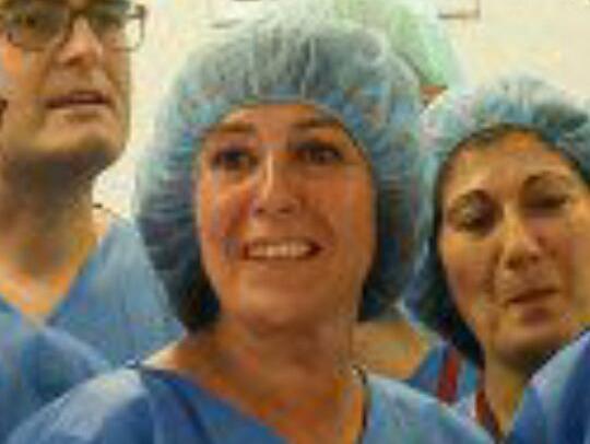 Nuria Marín se disfraza de cirujana para la inaguración de 7 quirófanos en Bellvitge